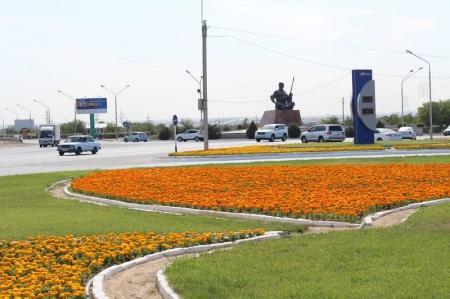 В двух скверах Актау обещали внедрить систему капельного орошения