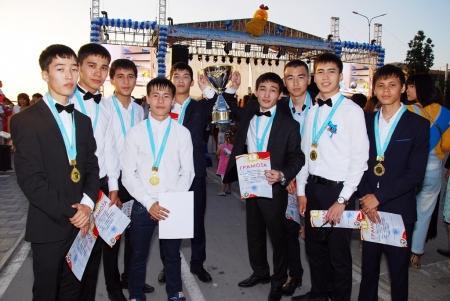 В Актау на вечере выпускников команде средней школы № 21 вручили Кубок и медали
