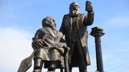 Памятник Абаю и Михаэлису в Усть-Каменогорске возмутил казахстанцев
