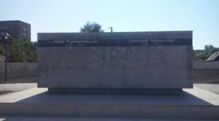 Скандальный памятник Абаю и Михаэлису в Усть-Каменогорске демонтирован