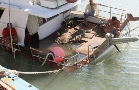 В Актау частично затонул катер (ДОПОЛНЕНО)