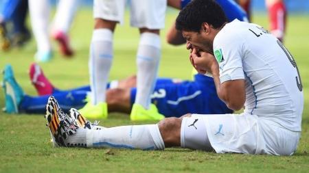 Уругваец Луис Суарес в матче Италия - Уругвай укусил защитника Кьелини