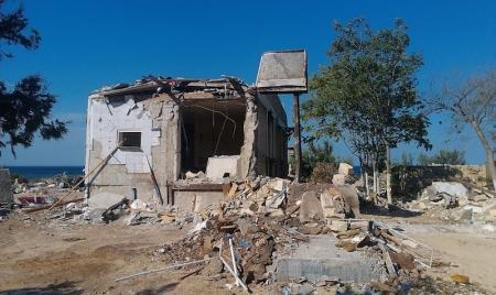 Жители Актау жалуются на строительный мусор на месте кафе «Равиль»