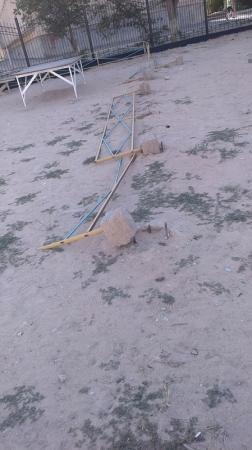 Испорченная детская площадка в 6 микрорайоне