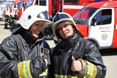 Актауские журналисты попробовали себя в роли пожарных