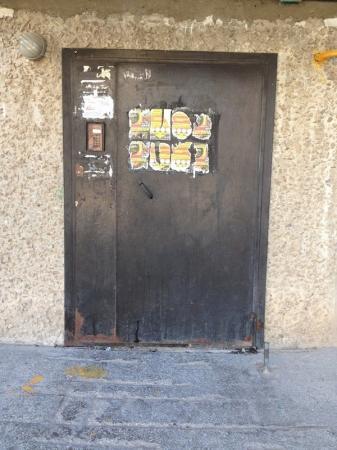 Как уродуют двери домов