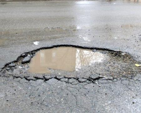 Прокуратура: В Актау для ямочного ремонта дорог используется некачественный асфальт