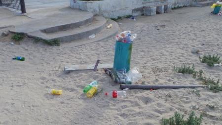 Мусор на пляже в Актау