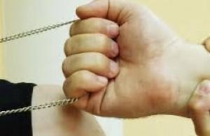 В Мунайлинском районе грабитель сорвал золотое ожерелье с шеи женщины-продавца