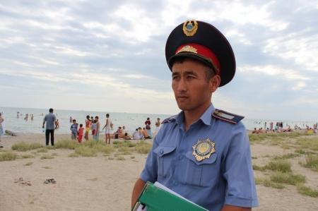 Конная полиция Актау за нарушение правопорядка задержала военнослужащих внутренних войск