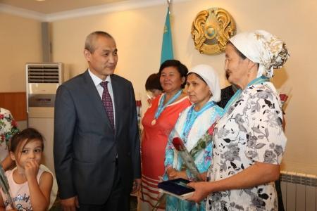 В Актау вручили подвески «Алтын алқа» и «Күміс алқа» многодетным матерям