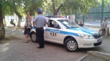 Сотрудники полиции в Уральске вручную пытались донести автомобиль до эвакуатора