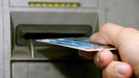В Актау с карточек 65-летней женщины украли 900 тысяч тенге