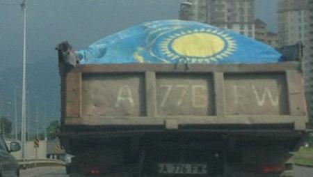 В Алматы водитель грузовика привлечен к административной ответственности за использование Госфлага в качестве брезента