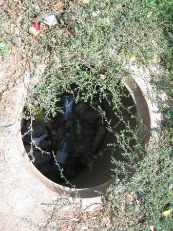 В Актау 16-летняя девушка провалилась в канализационный колодец