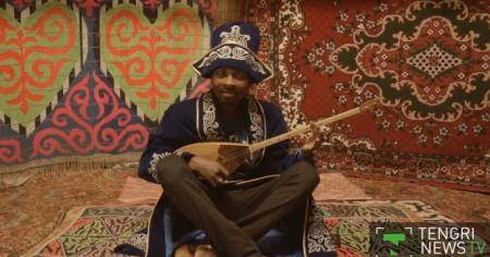 Певец из Нигерии поет на казахском языке и играет на домбре