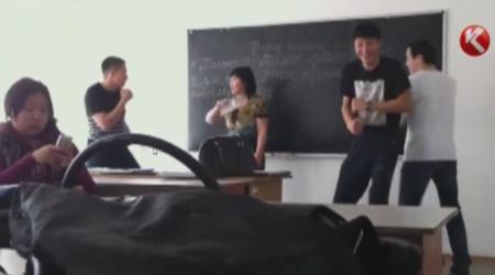 Издевательства школьников над учителем записали на видео