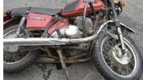В Актау мотоциклист врезался в стоящий автомобиль и сломал ногу