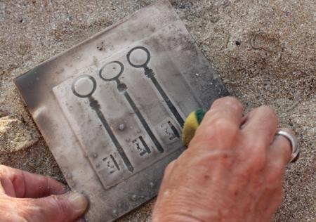 Европейские и казахстанские художники провели обжиг керамики на одном из пляжей Актау