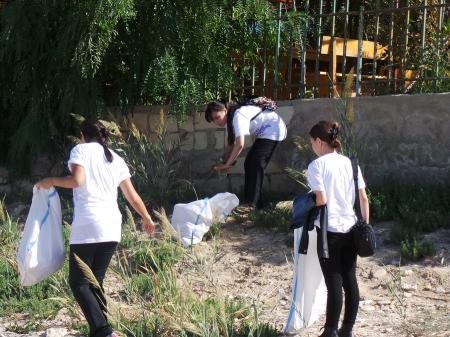 В Актау прошел молодежный субботник по очистке прибрежной зоны