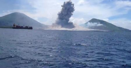Извержение вулкана удалось снять очевидцам в Папуа-Новой Гвинее