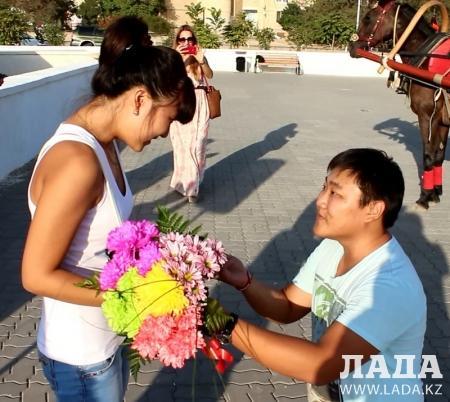 Необычное предложение руки и сердца сделали на набережной Актау
