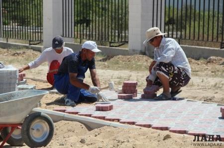 Специалист ГАСК Актау оценил качество укладки новых тротуаров