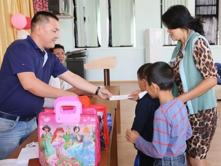Жетыбайские бизнесмены помогли актауским школьникам из малоимущих семей