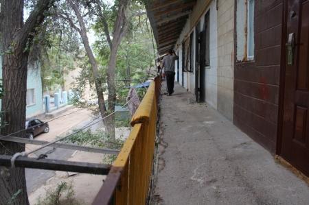 Жители 45 дома в 3 микрорайоне Актау пожаловались на шатающиеся перила