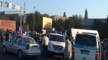 Бензовоз врезался в автобус с пассажирами на перекрестке в Алматы