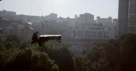 Казахстанский пианист-виртуоз сыграл на рояле на высоте птичьего полета