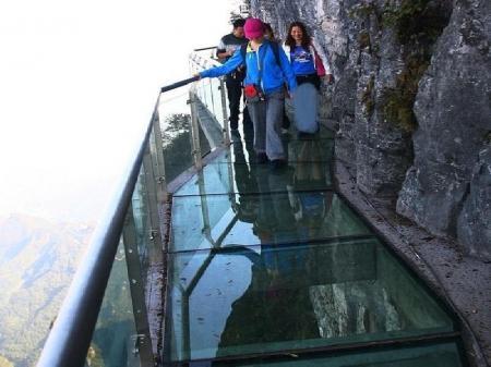 В Китае открылся 300-метровый мост из стекла