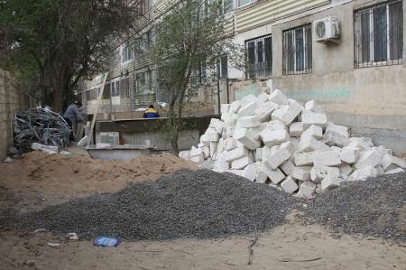 В Актау жители одного из домов возмущены строительством во дворе