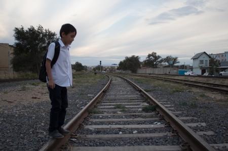 В Актау, чтобы добраться в школу, дети вынуждены проползать под железнодорожными вагонами