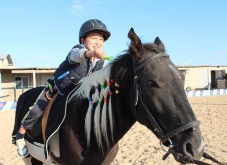 Иппотерапию начали использовать в Актау для лечения детей с ДЦП