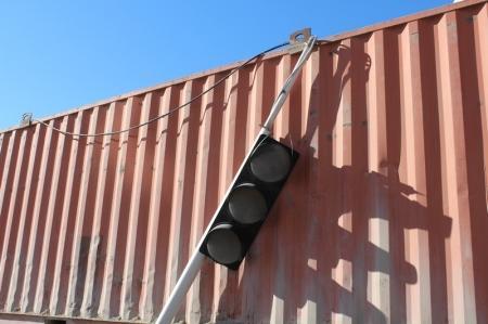 В 13 микрорайоне Актау большегрузная машина сбила светофор