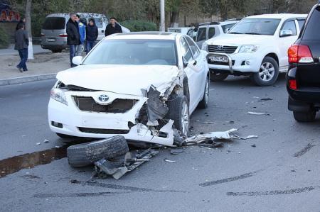 На перекрестке у актауского Ботанического сада столкнулись три автомобиля