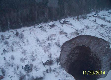 Гигантский провал в земле появился недалеко от Соликамска