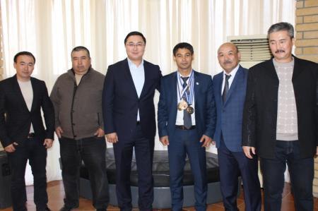 Бизнесмены Актау подарили трехкратному чемпиону мира по самбо квартиру