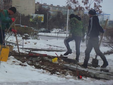 В Актау тротуар укладывали во время снега и дождя
