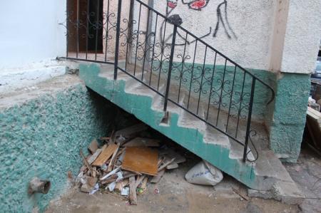 Жителя Актау оштрафовали на 37 тысяч тенге за строительный мусор, выброшенный с 7 этажа