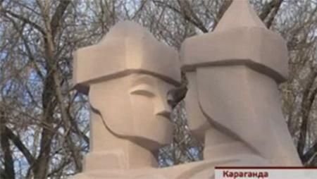 В Караганде установили скульптуры влюблённых без ртов