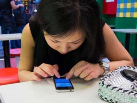 Зависимость от смартфона грозит серьёзными проблемами с позвоночником