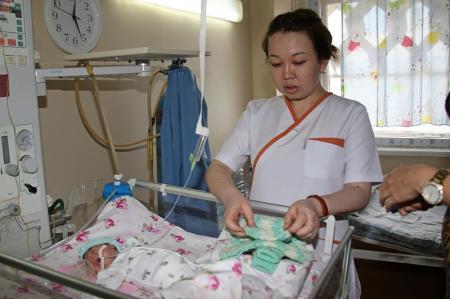Рукодельницы актауского клуба «28 петель» вяжут вещи для недоношенных детей