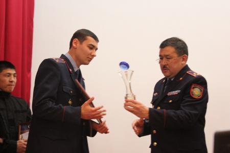 Начальник мангистауской полиции Кайрат Дальбеков наградил отличившихся сотрудников