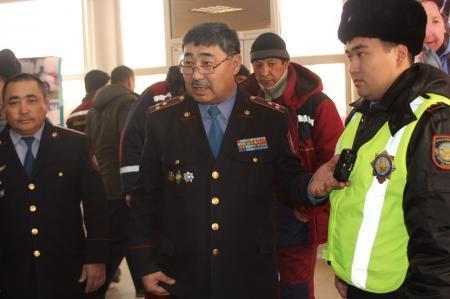 Во время акции «Приемная на дороге» мангистауские полицейские ответили на вопросы более 100 жителей районов