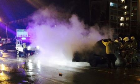 В центре Актау загорелся автомобиль
