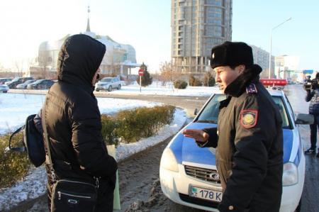 В Актау сотрудники полиции учили пешеходов правильно переходить проезжую часть