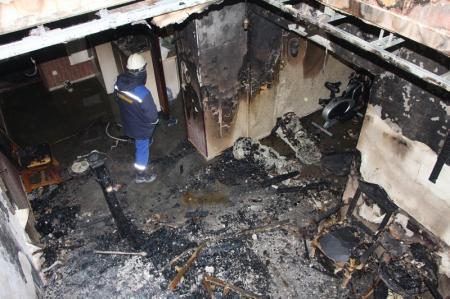 Жильцы дома в 13 микрорайоне Актау, в котором произошел пожар, осмотрели свои квартиры