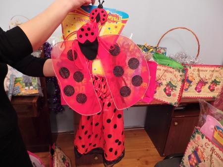 На собранные средства от благотворительной акции «Купив картину — помоги детям» в Актау были приобретены карнавальные костюмы для детей-сирот